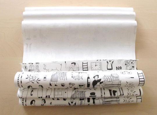 一边涂胶,一边将墙纸成档案夹状对折。