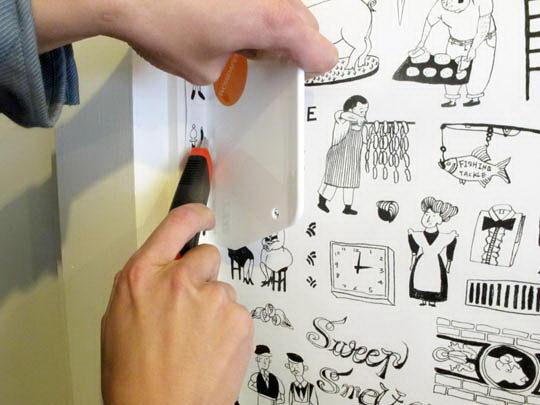 贴好后再将开头侧边多留的五厘米延着墙线裁掉。
