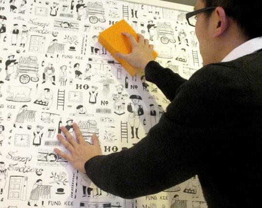 以泡棉沾水拧干后,将刮出的墙纸胶轻轻抺除。