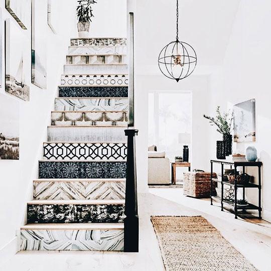 使用多款墙纸剩料也能打造个性化的梯间空间