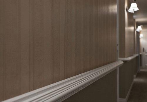 为了呈现走道空间的稳重感,可以于腰线下方贴稍重的大地色墙纸,上面贴有条纹的线条墙纸,也会让空间看起来更显挑高的