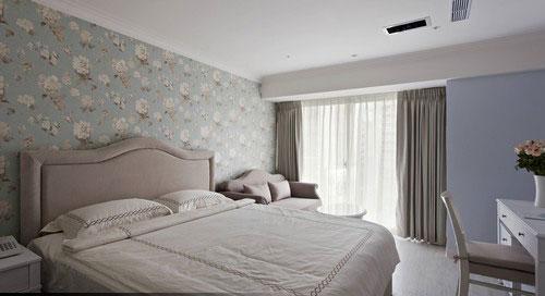 带有蓝绿色的床头墙纸,可以选择其中的绿在其他墙面上做纯色刷漆,看起来会比较舒适