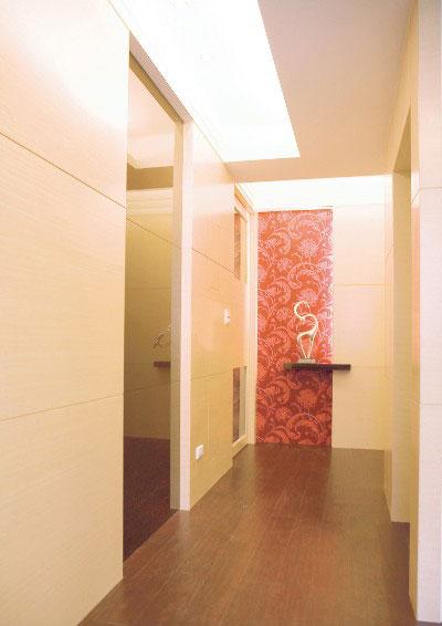 强烈花纹墙纸创造廊道端景