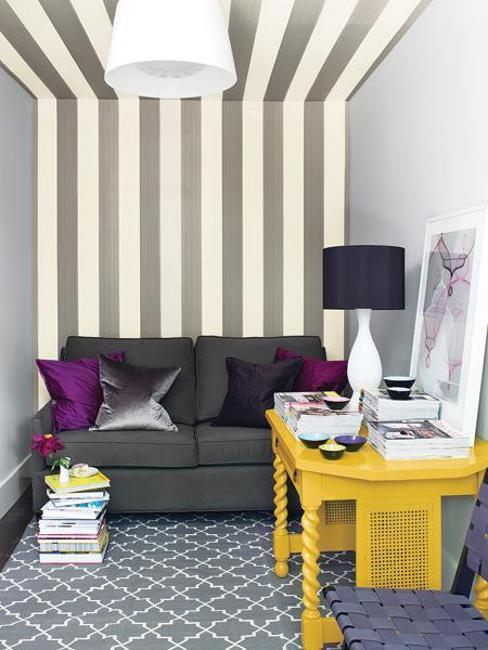 上图的这款黑白条纹墙纸,可以在上下空间上拉伸墙纸的空间感。