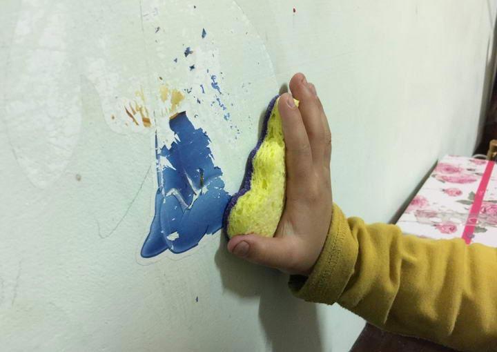 刷~刷~刷~慢慢的除掉壁贴和胶