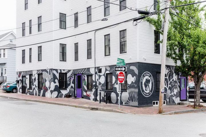 大象旅馆的外观就比较有点特色,采用了各种手绘涂鸦的外墙装修风格。