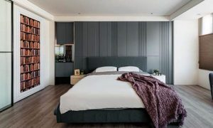 ▲小面积的跳色让空间有变化:在一间面积小的卧室中,用白墙、白床放大空间感,然后以床头板和墙纸的跳色,令整间卧室不单调。(图片来源/ 怀特室内设计)
