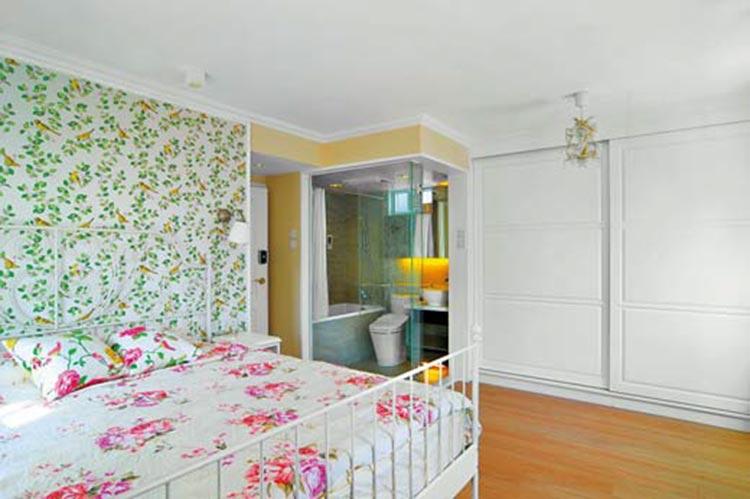 ▲自空间的主角来决定墙纸的花色:为了呼应卧室的花草图案,在床头的墙面也选择相同风格但不同色系的小花墙纸,让个空间的主调一致。(图片来源/ S & J Interior Design)
