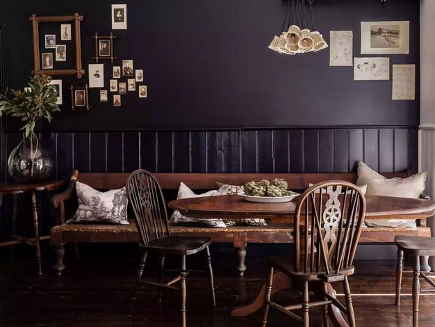 藏青色墙纸+棕色